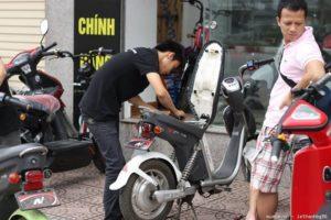 Thay bình ắc quy xe đạp điện tại nhà